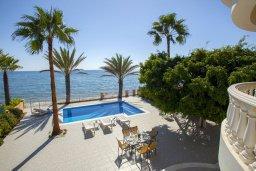 Вид на море. Кипр, Менеу : Шикарная вилла с 5-ю спальнями, с бассейном, в окружении пышного зелёного сада, с тенистой террасой с патио и барбекю, расположена в закрытом комплексе у пляжа Kiti Beach