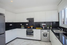 Кухня. Кипр, Санрайз Протарас : Новое просторное бунгало с 3-мя спальнями, с бассейном, патио с барбекю, расположено в самом сердце Протараса