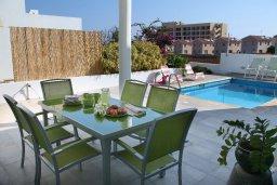 Зона отдыха у бассейна. Кипр, Коннос Бэй : Уникальная вилла с 4-мя спальнями, окруженная красивым средиземноморским садом, с открытым бассейном