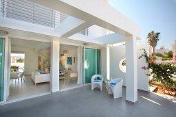 Терраса. Кипр, Коннос Бэй : Уникальная вилла с 4-мя спальнями, окруженная красивым средиземноморским садом, с открытым бассейном