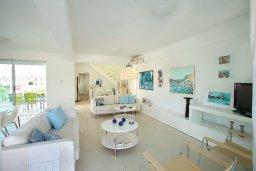 Гостиная. Кипр, Коннос Бэй : Уникальная вилла с 4-мя спальнями, окруженная красивым средиземноморским садом, с открытым бассейном