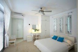 Спальня. Кипр, Коннос Бэй : Уникальная вилла с 4-мя спальнями, окруженная красивым средиземноморским садом, с открытым бассейном