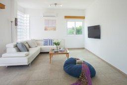 Гостиная. Кипр, Пернера : Потрясающая вилла с 6-ю спальнями,  с большим бассейном, в окружении красивого сада с цитрусовыми деревьями