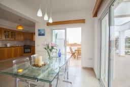 Кухня. Кипр, Пернера : Потрясающая вилла с 6-ю спальнями,  с большим бассейном, в окружении красивого сада с цитрусовыми деревьями