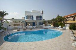 Фасад дома. Кипр, Каво Марис Протарас : Просторная вилла на берегу моря с 4-мя спальнями, с частным бассейном, внутренним двориком с современной садовой мебелью