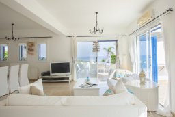 Гостиная. Кипр, Каво Марис Протарас : Просторная вилла на берегу моря с 4-мя спальнями, с частным бассейном, внутренним двориком с современной садовой мебелью