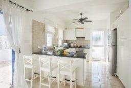 Кухня. Кипр, Каво Марис Протарас : Просторная вилла на берегу моря с 4-мя спальнями, с частным бассейном, внутренним двориком с современной садовой мебелью