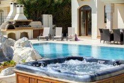 Бассейн. Кипр, Каппарис : Шикарная вилла на побережье с бассейном и уличным джакузи, с видом на море,  расположена всего в нескольких метрах от пляжа Malama Beach