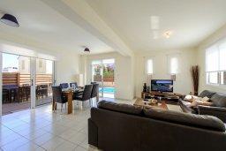 Гостиная. Кипр, Пернера : Просторная современная вилла с 3-мя спальнями, с бассейном с подогревом, солнечной террасой и барбекю