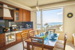 Кухня. Кипр, Ларнака город : Апартамент возле пляжа с шикарным видом на море, с большой гостиной и 3-мя спальнями