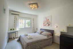 Спальня. Кипр, Центр Айя Напы : Комфортабельный апартамент в центре Айя Напы с отдельной спальней, террасой с барбекю и красивым садом