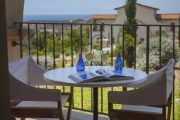 Балкон. Кипр, Куклия : Апартамент с отдельной спальней и панорамным видом на горы  и долину, в комплексе с большим бассейном и теннисным кортом