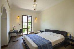 Спальня. Кипр, Куклия : Апартамент с отдельной спальней и панорамным видом на горы  и долину, в комплексе с большим бассейном и теннисным кортом