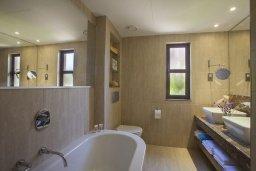 Ванная комната. Кипр, Куклия : Апартамент с отдельной спальней и панорамным видом на горы  и долину, в комплексе с большим бассейном и теннисным кортом