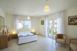 Спальня. Кипр, Пернера : Вилла на берегу моря с 3-мя спальными, с бассейном, барбекю и солнечной террасой, расположена у красивого пляжа с белым песком Pernera