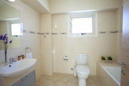 Ванная комната. Кипр, Пернера : Вилла на берегу моря с 3-мя спальными, с бассейном, барбекю и солнечной террасой, расположена у красивого пляжа с белым песком Pernera