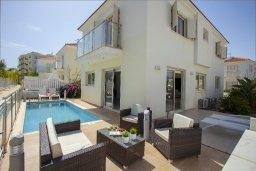 Фасад дома. Кипр, Пернера : Вилла на берегу моря с 3-мя спальными, с бассейном, барбекю и солнечной террасой, расположена у красивого пляжа с белым песком Pernera