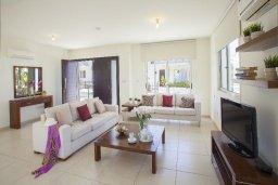 Гостиная. Кипр, Пернера : Вилла на берегу моря с 3-мя спальными, с бассейном, барбекю и солнечной террасой, расположена у красивого пляжа с белым песком Pernera