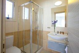 Ванная комната 2. Кипр, Пернера : Вилла на берегу моря с 3-мя спальными, с бассейном, барбекю и солнечной террасой, расположена у красивого пляжа с белым песком Pernera