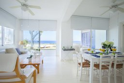 Гостиная. Кипр, Коннос Бэй : Вилла у моря в стиле Греческих островов, с большим садом и меблированной террасой с барбекю