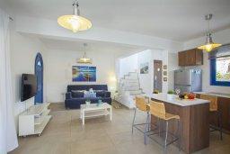 Гостиная. Кипр, Пернера : Уютная красивая вилла с 2-мя спальнями, с просторным зелёным двориком,  с крытой меблированной террасой и барбекю