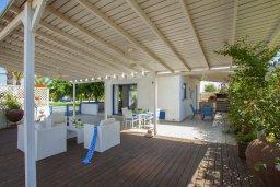 Территория. Кипр, Пернера : Уютная красивая вилла с 2-мя спальнями, с просторным зелёным двориком,  с крытой меблированной террасой и барбекю
