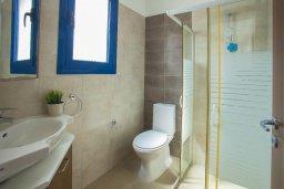 Ванная комната. Кипр, Пернера : Уютная красивая вилла с 2-мя спальнями, с просторным зелёным двориком,  с крытой меблированной террасой и барбекю