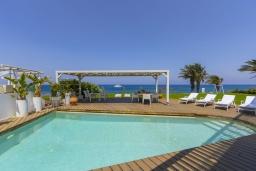 Бассейн. Кипр, Пернера : Роскошная современная вилла с панорамным видом на Средиземное море, с 5-ю спальнями, с бассейном, потрясающей тенистой террасой с патио и lounge-зоной, барбекю, расположена на берегу залива Sirina Bay