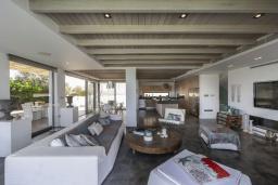 Гостиная. Кипр, Пернера : Роскошная современная вилла с панорамным видом на Средиземное море, с 5-ю спальнями, с бассейном, потрясающей тенистой террасой с патио и lounge-зоной, барбекю, расположена на берегу залива Sirina Bay
