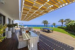 Терраса. Кипр, Пернера : Роскошная современная вилла с панорамным видом на Средиземное море, с 5-ю спальнями, с бассейном, потрясающей тенистой террасой с патио и lounge-зоной, барбекю, расположена на берегу залива Sirina Bay