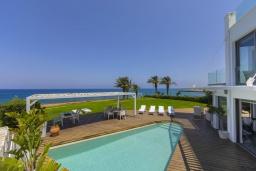 Территория. Кипр, Пернера : Роскошная современная вилла с панорамным видом на Средиземное море, с 5-ю спальнями, с бассейном, потрясающей тенистой террасой с патио и lounge-зоной, барбекю, расположена на берегу залива Sirina Bay