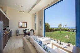 Гостиная. Кипр, Фиг Три Бэй Протарас : Потрясающая вилла на побережье в средиземноморском стиле с 6-ю спальнями, с бассейном, джакузи и с сауной, с потрясающим панорамным видом на море, расположена у залива Fig Tree Bay