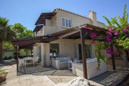 Фасад дома. Кипр, Нисси Бич : Вилла на берегу моря с 2-мя спальнями, потрясающим внутренним двориком, в окружение сада и великолепным видом на море