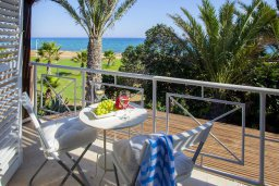 Балкон. Кипр, Нисси Бич : Вилла на берегу моря с 2-мя спальнями, потрясающим внутренним двориком, в окружение сада и великолепным видом на море