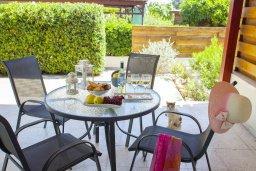 Терраса. Кипр, Менеу : Уютная вилла с 2-мя спальнями, с зеленым двориком и патио с барбекю