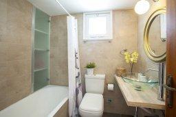Ванная комната. Кипр, Менеу : Уютная вилла с 2-мя спальнями, с зеленым двориком и патио с барбекю