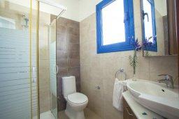 Ванная комната. Кипр, Пернера : Вилла в греческом стиле с 2-мя спальнями с меблированный уютным патио и барбекю