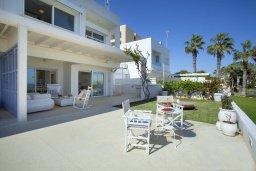Фасад дома. Кипр, Коннос Бэй : Вилла на берегу моря в  традиционном стиле Греческих островов, с просторным красивым садом и меблированной террасой с барбекю