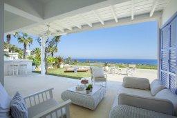 Терраса. Кипр, Коннос Бэй : Вилла на берегу моря в  традиционном стиле Греческих островов, с просторным красивым садом и меблированной террасой с барбекю