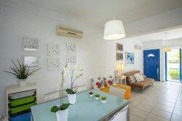 Гостиная. Кипр, Пернера : Уютная вилла с 2-мя спальнями рядом с пляжем Sirina Bay,  с бассейном, меблированным патио с барбекю