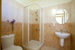 Ванная комната 2. Кипр, Каппарис : Уютная вилла с 2-мя спальнями, с зелёным двориком и барбекю, находится всего в нескольких минутах ходьбы от пляжа Malama