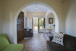 Гостиная. Кипр, Фиг Три Бэй Протарас : Прекрасная вилла с 4-мя спальнями, с бассейном, солнечной террасой с патио и каменным барбекю, расположена в центре Протараса около пляжа Fig Tree Bay