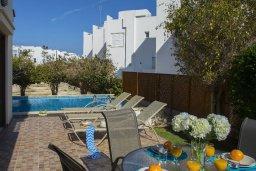 Зона отдыха у бассейна. Кипр, Фиг Три Бэй Протарас : Прекрасная вилла с 4-мя спальнями, с бассейном, солнечной террасой с патио и каменным барбекю, расположена в центре Протараса около пляжа Fig Tree Bay