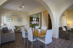 Обеденная зона. Кипр, Фиг Три Бэй Протарас : Прекрасная вилла с 4-мя спальнями, с бассейном, солнечной террасой с патио и каменным барбекю, расположена в центре Протараса около пляжа Fig Tree Bay