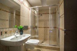 Ванная комната. Кипр, Фиг Три Бэй Протарас : Потрясающий апартамент на побережье с потрясающим панорамным видом на Средиземное море, в комплексе с общим бассейном