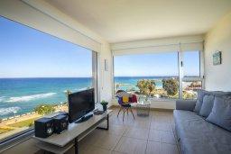 Гостиная. Кипр, Фиг Три Бэй Протарас : Потрясающий апартамент на побережье с потрясающим панорамным видом на Средиземное море, в комплексе с общим бассейном