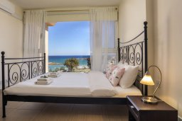 Спальня. Кипр, Фиг Три Бэй Протарас : Потрясающий апартамент на побережье с потрясающим панорамным видом на Средиземное море, в комплексе с общим бассейном