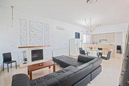 Гостиная. Кипр, Нисси Бич : Великолепная современная вилла с 4-ся спальнями, с бассейном и солнечной террасой с патио, расположена в нескольких минутах ходьбы от знаменитого пляжа Nissi Beach