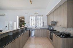 Кухня. Кипр, Нисси Бич : Великолепная современная вилла с 4-ся спальнями, с бассейном и солнечной террасой с патио, расположена в нескольких минутах ходьбы от знаменитого пляжа Nissi Beach