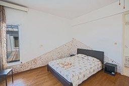 Спальня. Кипр, Нисси Бич : Великолепная современная вилла с 4-ся спальнями, с бассейном и солнечной террасой с патио, расположена в нескольких минутах ходьбы от знаменитого пляжа Nissi Beach